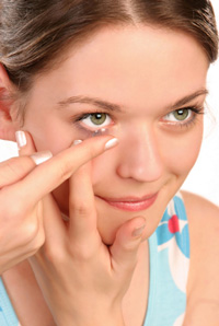 inserting contact lens